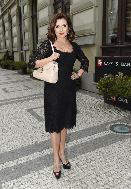 Dana Morávková se na přehlídku kabelek krásně oblékla.