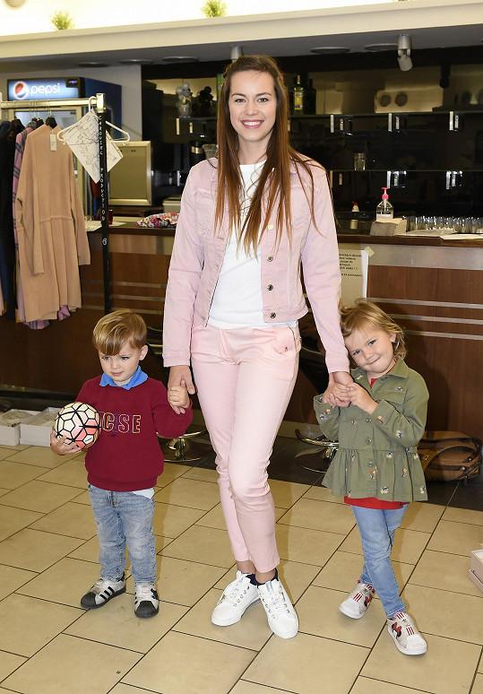 Do divadla tentokrát vzala i své děti.