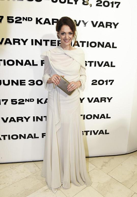 Na zahájení festivalu oblékla Klára Issová šaty od Vivienne Westwood, které překypovaly použitým materiálem, zároveň dávaly prostor pro fantazii. S jemným typem herečky se snoubí dokonale.