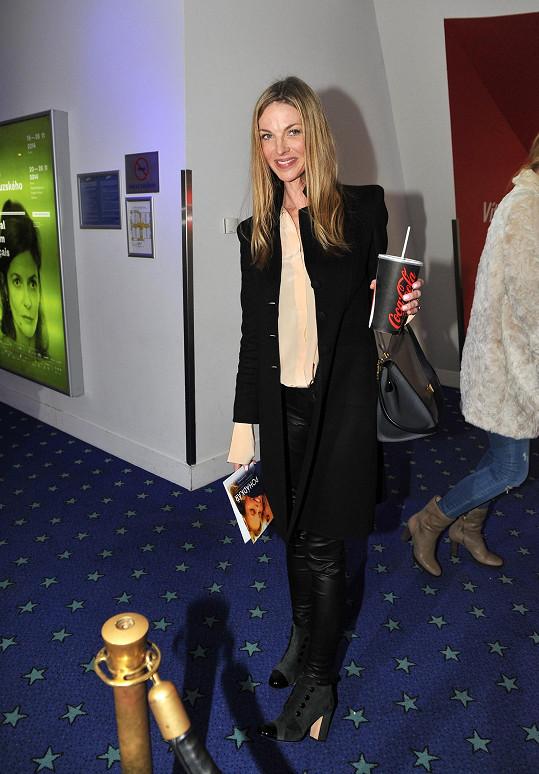 Na první pohled působila Pavlína Němcová poměrně civilně, a to díky zvoleným kalhotám namísto sukně. Dlužno ale dodat, že díky nápaditým detailům, jako jsou luxusní kabelka, originální střih kabátku a výrazné obutí, rozhodně nenudila.