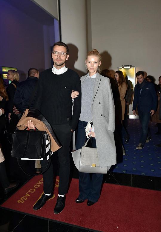 Lukáš Hejlík s přítelkyní Veronikou Fašínovou předvedli, jak to může být jednoduché obléknout se na filmovou premiéru a ještě dobře vypadat. Stačí zvolit přiléhavý svetr, pod kterým je formální košile zapnutá po poslední knoflík, dobrý střih kalhot a efektní outfit je na světě.