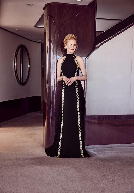 Nicole Kidman, nominovaná za seriál Mělas to vědět, v na míru šitých vlněných šatech Louis Vuitton zdobených aplikací zlato-stříbrného řetězu.