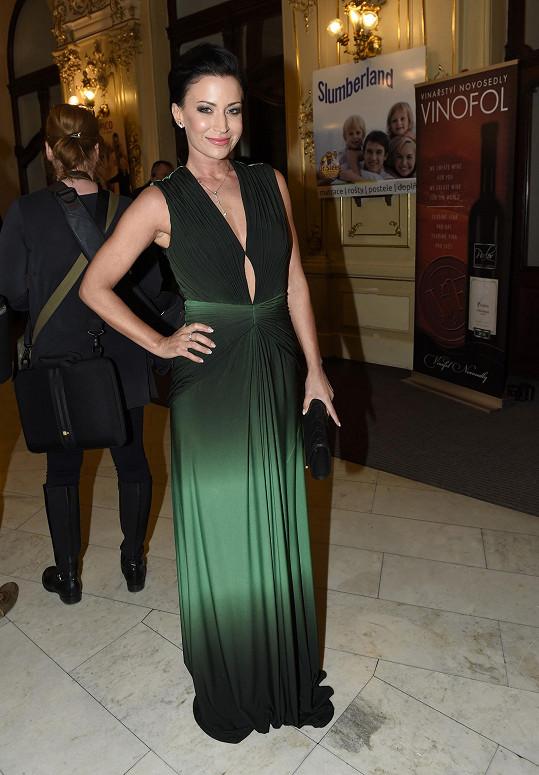 O kvalitě materiálu šatů Gábiny Partyšové by se možná dalo polemizovat. Díky smaragdové barvě prolínající se až do černých odstínů a rafinovanému střihu patří tento model k nejlepším toho večera.