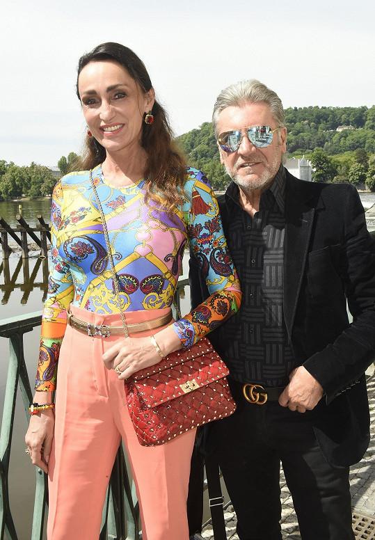 Do Prahy přijela i se svým manželem.