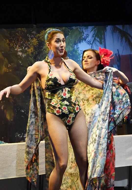 Michaela se v jedné ze scén ukáže v květinových plavkách.