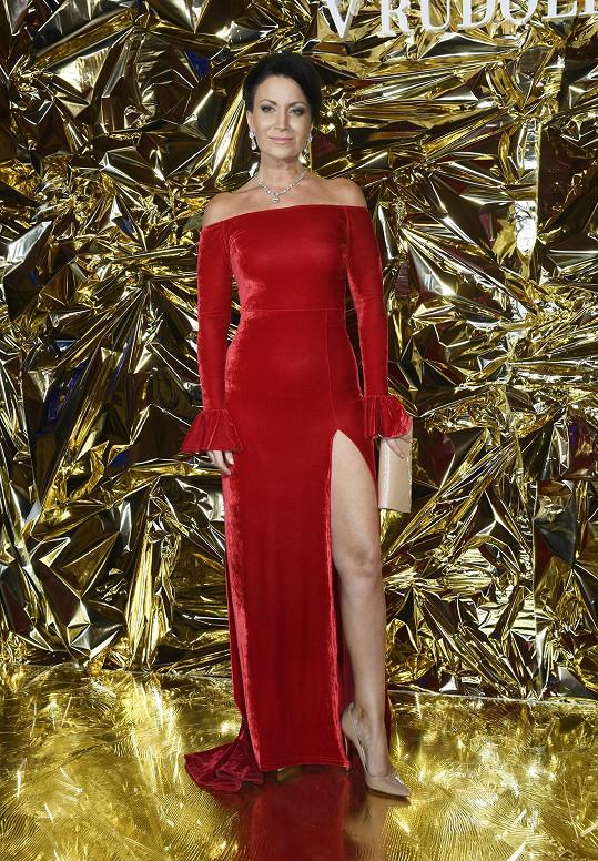 Cenu za nejvyšší rozparek večera si vysloužila Gabriela Partyšová v šatech od Zuzany Lešák Černé. S rudým sametem kontrastovaly diamantové šperky Inbar.