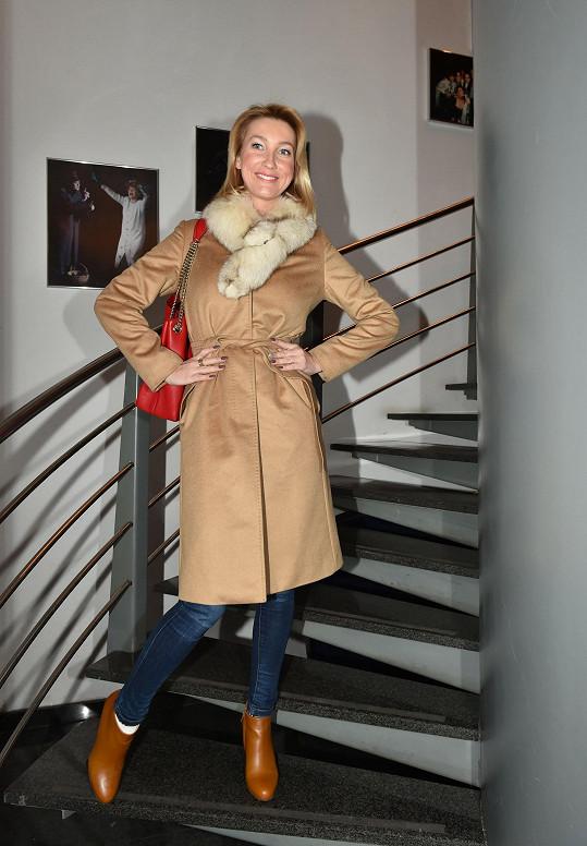 Dominika vyrazila do divadla Semafor.