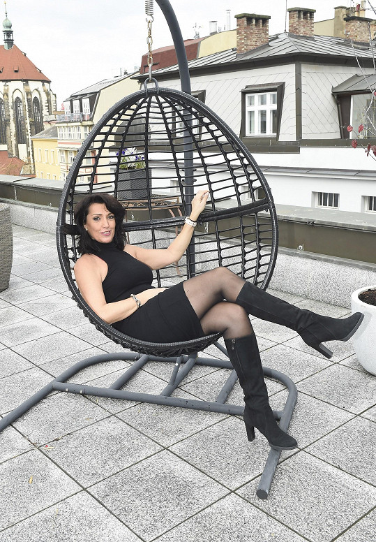 V kondici se udržuje různými aktivitami. Sedět na gauči s pytlíkem chipsů a nohama nahoře by prý nedokázala.