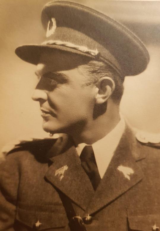Korbelářovi slušely i uniformy. Ve špionážním filmu Vzdušné torpédo 48 (1936)