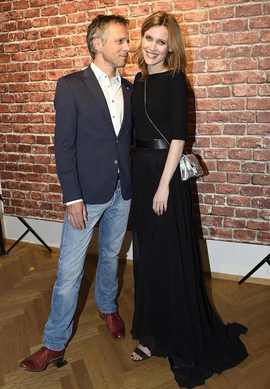 Janek Ledecký se Silvií Šuvadovou, která s ním hrála v klipu.