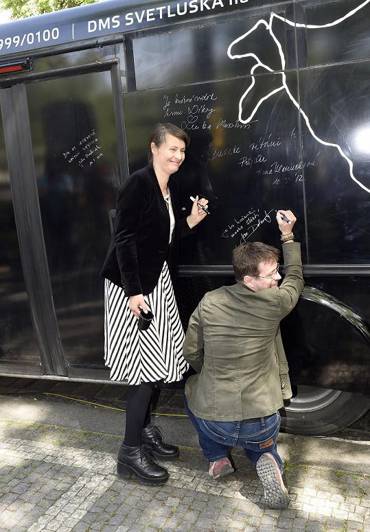 Honza a Lenka navštívili kavárnu Potmě, kde se na památku podepsali.