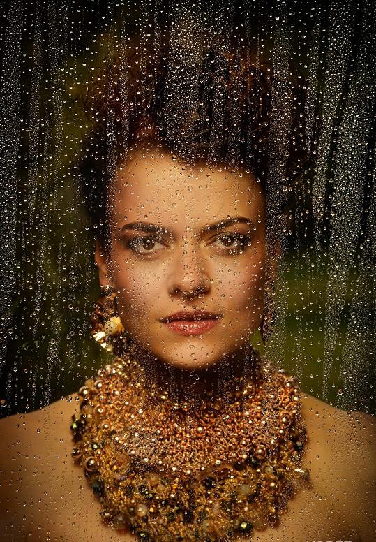 Výsledný snímek Jany Strykové z kalendáře, který má podtitul: Když se krása spojí s uměním.