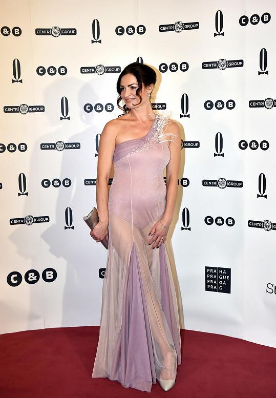 O největší módní přešlap na Plese v Opeře se postarala Hanka Kynychová. Její šaty tvořené přiléhavým body a vrstvou transparentního tylu ukazovaly víc, než by návštěvníci opulentní akce chtěli vidět.