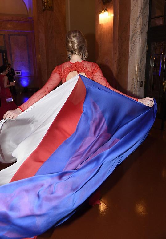 Státní vlajku místo vlečky ji na ně přinutila přišít.