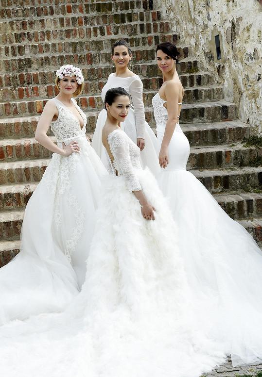 Její nová kolekce svatebních šatů, které oblékly muzikálové herečky Eva Burešová a Radka Pavlovčinová a moderátorky Eva Decastelo a Lenka Špillarová.