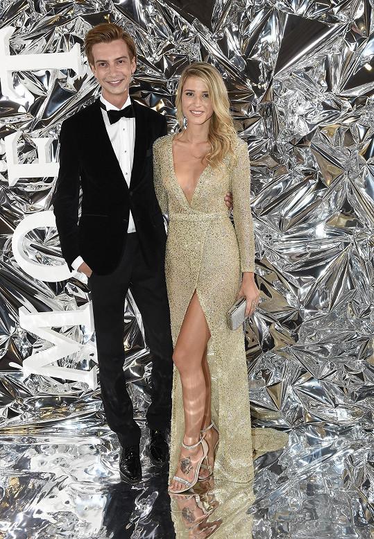 Veronika dorazila s návrhářem Jakubem Ponerem.