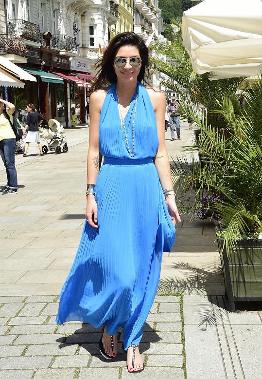 Monika vypadala v modrých šatech skvostně.