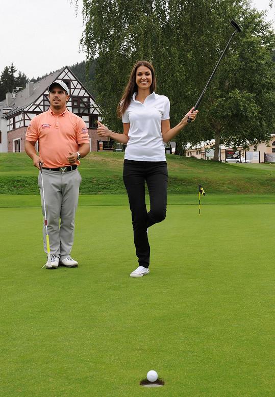 Na golfu na Cihelnách dělal Lucce společnost profi hráč Lukáš Tintěra.