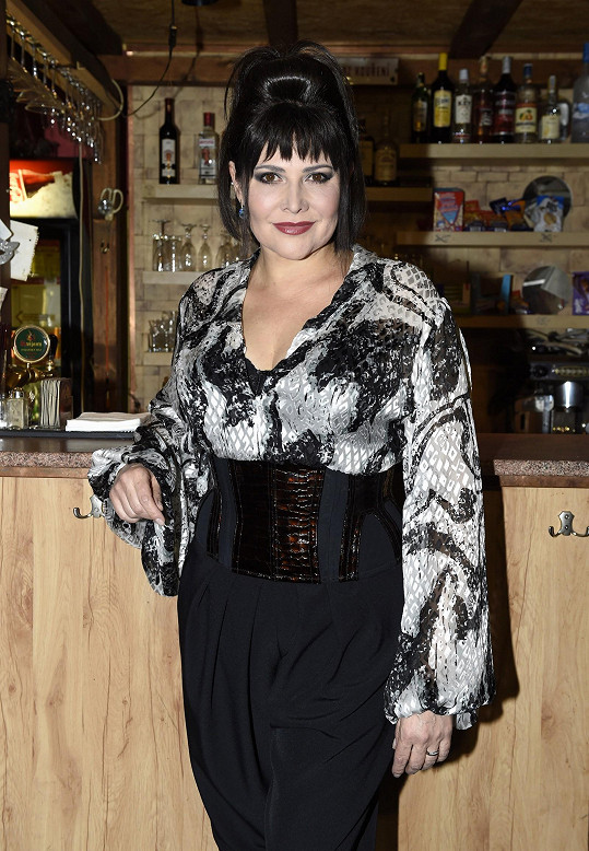 Ilona Csáková se na chvíli vrátila k image, kterou nosila v době svého hitu Tornero.