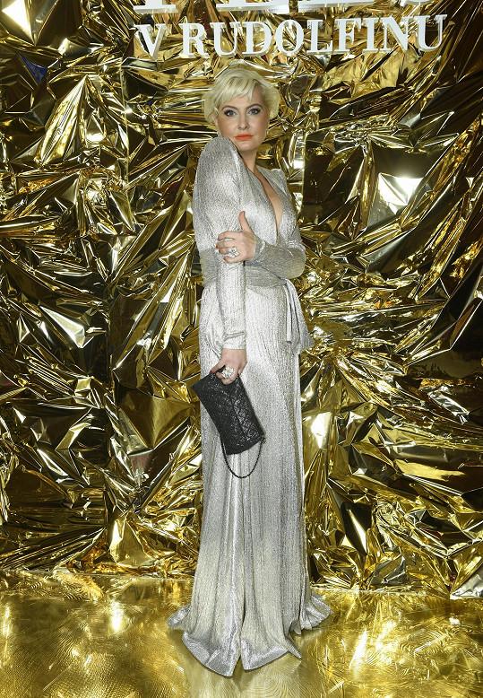 Metalické šaty s hlubokým výstřihem doplnila drahými šperky Alo Diamonds.