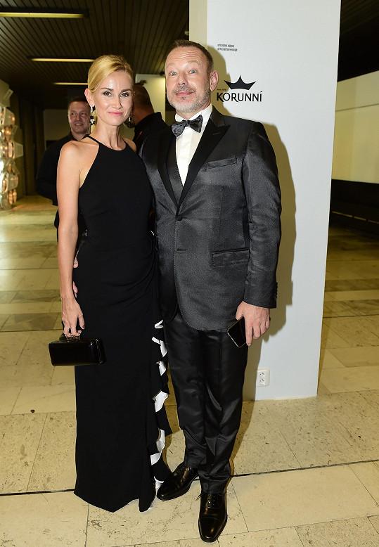 Michal Dvořák s manželkou na závěrečném ceremoniálu karlovarského festivalu.