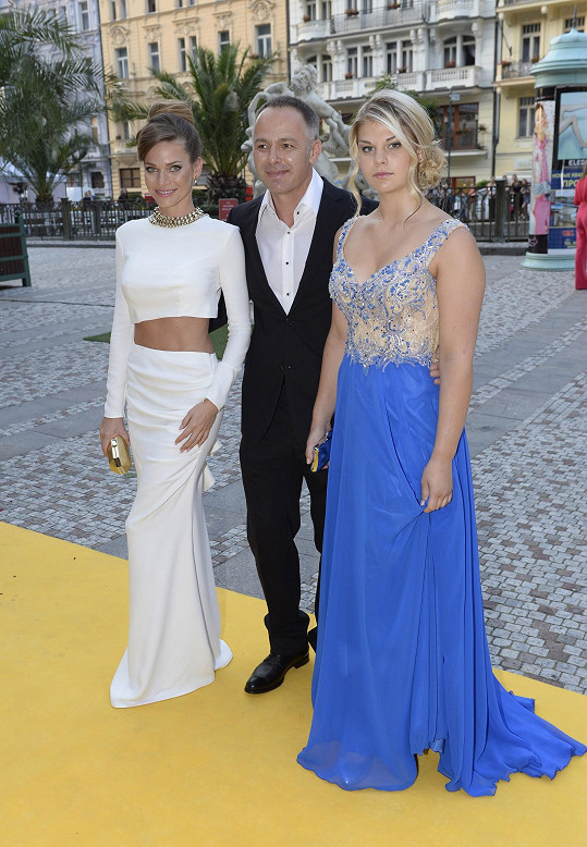 Andrea Verešová s manželem Danielem Volopichem a jeho dcerou.