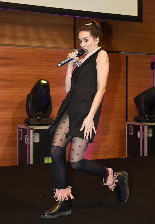 Míša na finále soutěže Svatební dort roku 2016 zpívala píseň z muzikálu Pomáda.