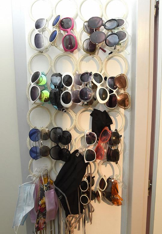Markéta sbírá i brýle, místo pro ně našla v předsíni.