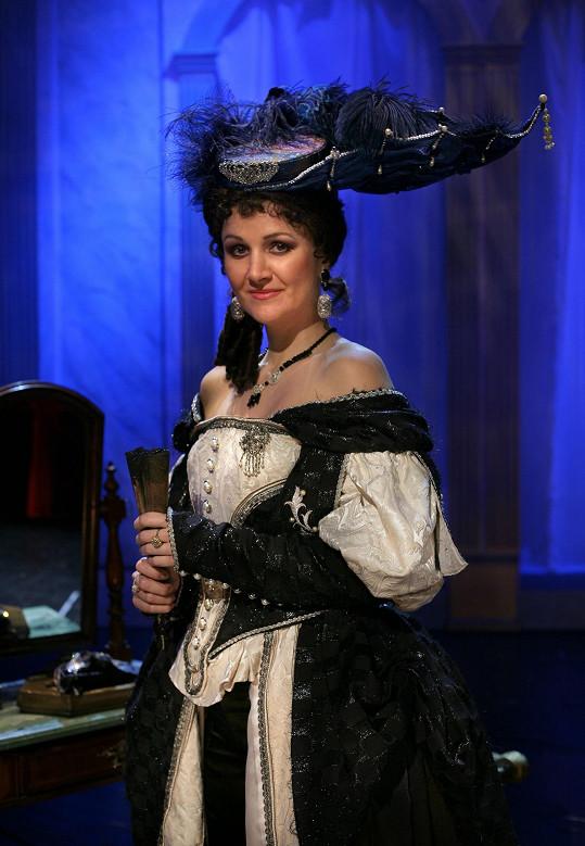 Linda v kostýmu královny ve Třech mušketýrech, do kterého se opět musí vejít.