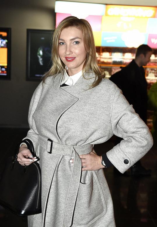 Dominika nechtěla před fotografy sundat kabát. Jaký ji k tomu vedl důvod?