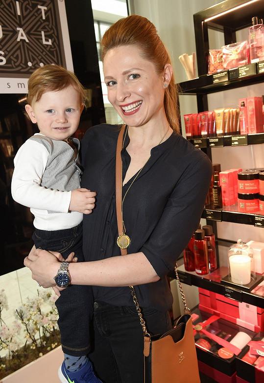 Romana Pavelková se synem Maxmiliánem. Oba jsou zrzaví. Romana je ale přírodní blondýnkou.