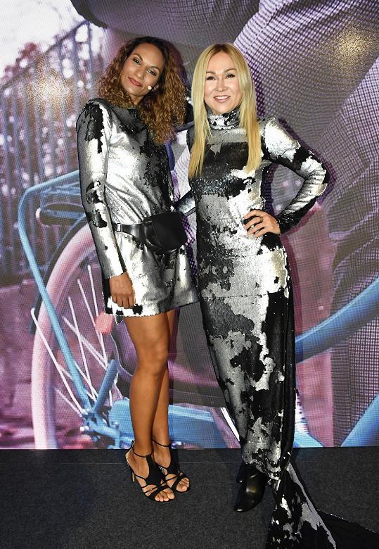 Lejla s Kairou Hrachovcovou na párty oblékla podobné šaty.