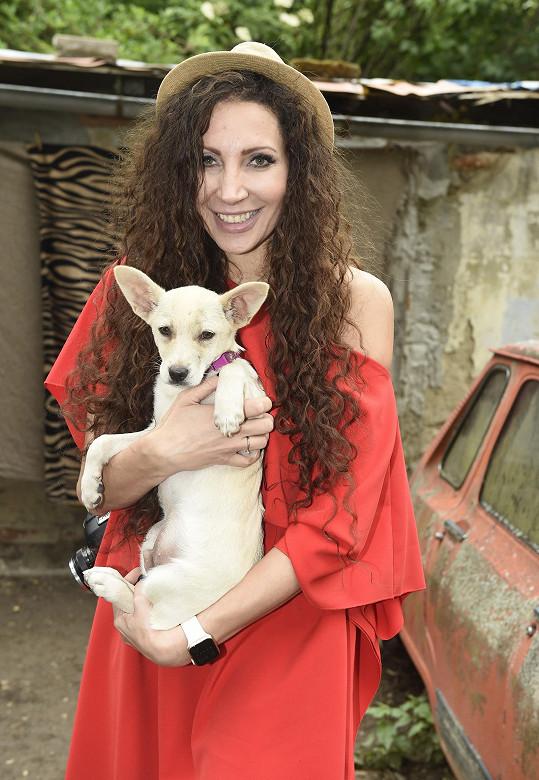 Olga s jedním ze psích hrdinů