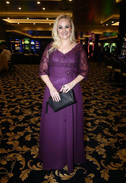 Linda Finková si pochvalovala praktičnost svých společenských šatů.