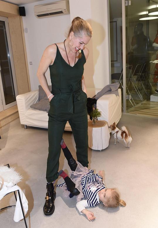 Je jasné, proč Olga vybírá oblečení většinou bez dětí.