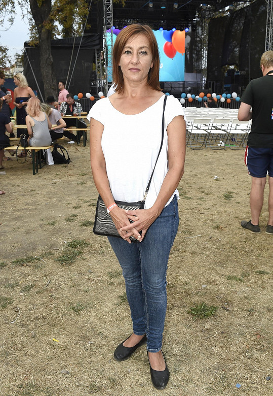 Vanda Hybnerová změnila kvůli seriálu Krejzovi účes a v džínách a triku vypadala velmi mladě.