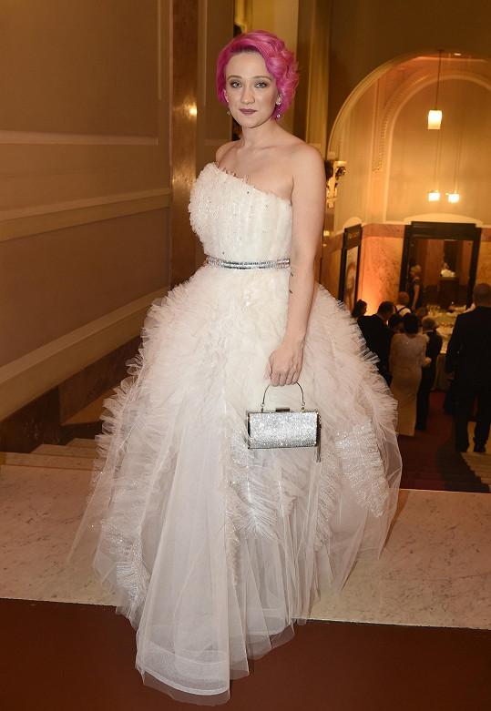 Tereza Mašková, která na plese zpívala, v modelu Dominika Navrátila a se šperky Alove.