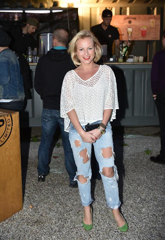 Martina přesto tvrdila, že modřiny, které byly vidět dírami v džínách, má z divadelních zkoušek.