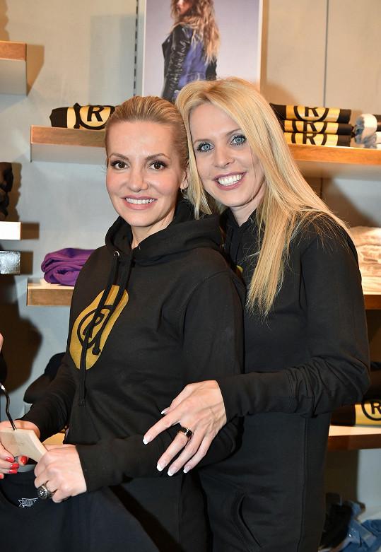 Dara s kamarádkou Gabrielou Bendovou, jejíž obchod na pražském Chodově charitativní kolekci prodává.