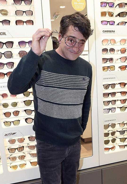 Do budoucna se neobejde bez brýlí.