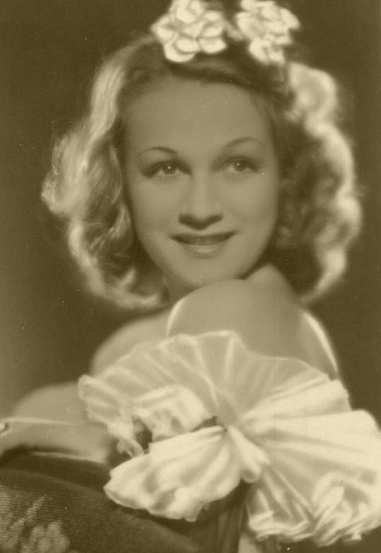 Takhle vypadala Adina v nesmrtelné komedii Hotel Modrá hvězda (1941).