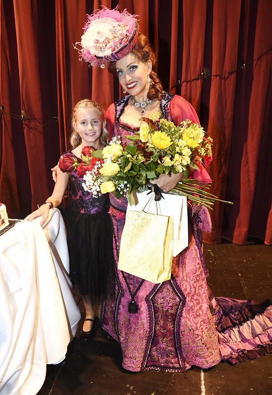 Na jevišti divadla GoJa Music Hall jí gratulovala i dcera Emilka.