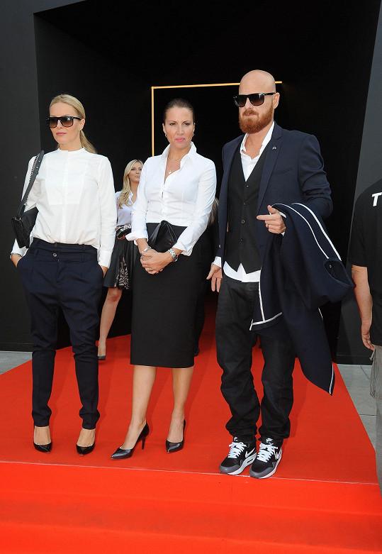 "Do ""Fashion Temple"" dorazila Simona v doprovodu sestry a manžela."