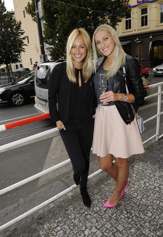 Zorka s kamarádkou Renatou Langmannovou, která hraje v Marianově klipu hlavní roli.
