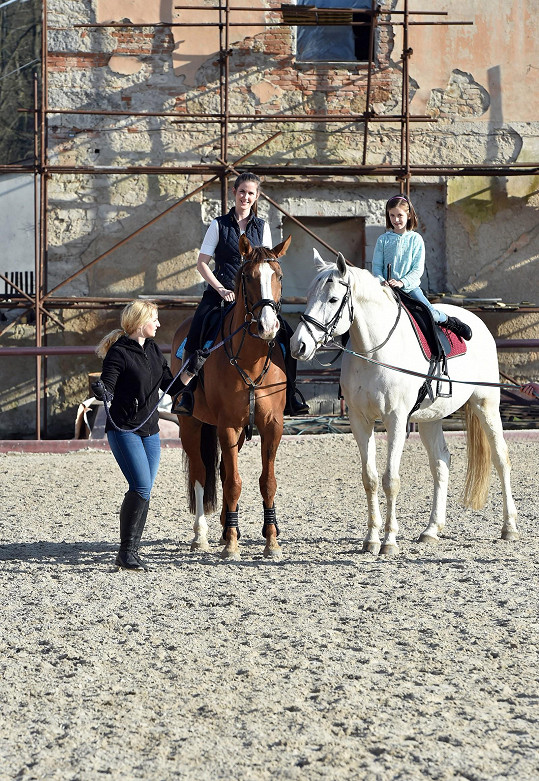 S dcerou Justýnou si jízdu na koni užívaly.