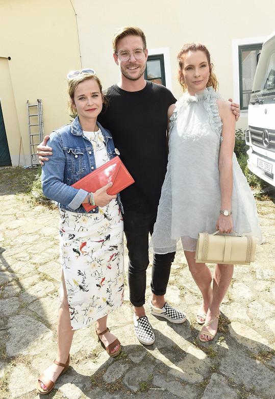 Herec na tiskovce Primy s kolegyněmi Kristýnou Kociánovou a Denisou Nesvačilovou (vpravo)
