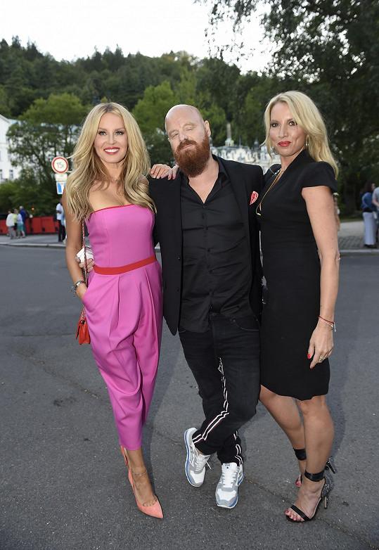 Simona Krainová se sestrou a manželem Karlem zavítala na festival.