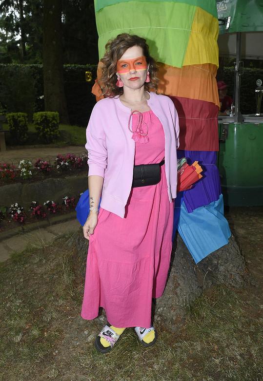 Garden party se nesla v pestrých barvách.