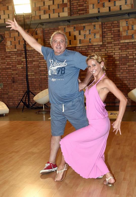 Ladislav Vízek se může vedle krásné tanečnice tetelit blahem.