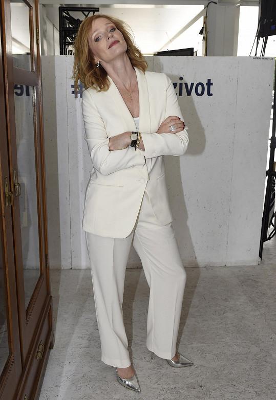 Oblékla si na to bílý kostýmek.